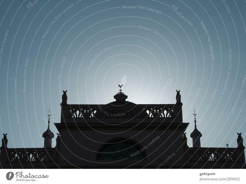 abendländlich blau ruhig Fenster Wand Wege & Pfade Architektur Mauer Religion & Glaube Gebäude Zeit Horizont Fassade Kirche Warmherzigkeit Dach Turm