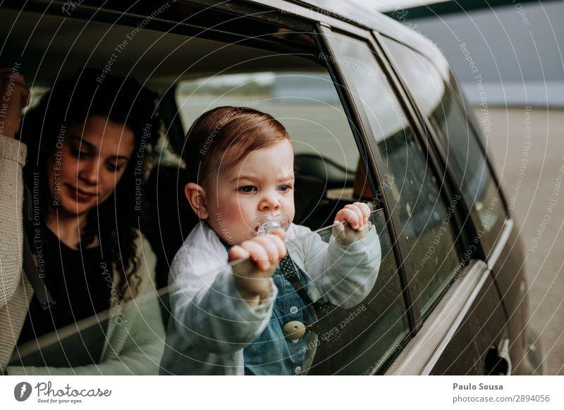 Mutter und Tochter im Fahrzeug Lifestyle Ferien & Urlaub & Reisen Ausflug Mensch Kind Baby Kleinkind Junge Frau Jugendliche Erwachsene 2 1-3 Jahre 18-30 Jahre