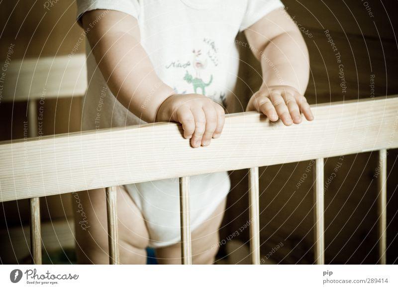 krippenspiel Mensch Baby Haut Hand Finger Bauch Beine 1 0-12 Monate Unterwäsche body Windeln Bett Babybett Holz Spielen stehen braun Neugier Kindheit gefangen