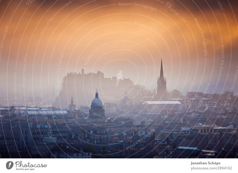 Ausblick auf Edinburgh Castle Ferien & Urlaub & Reisen Haus Architektur Gebäude Tourismus Freiheit wandern Nebel Kirche Baustelle Sehenswürdigkeit Dach Skyline