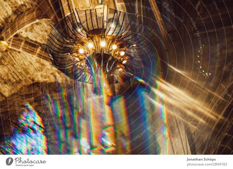 Decke einer Kirche verwischt mit Prisma Dom Palast Burg oder Schloss Bauwerk Gebäude Religion & Glaube Christentum Deckenlampe Gott Hintergrundbild