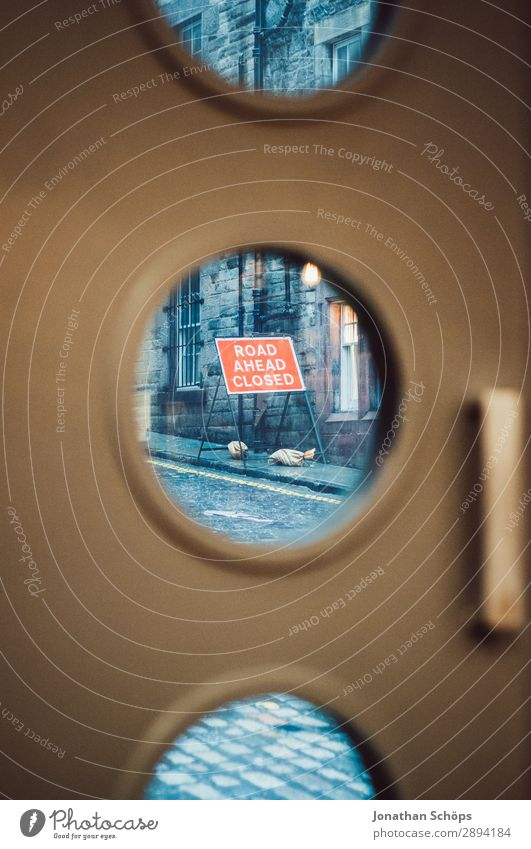 Straßenschild Straßensperrung in Edinburgh Ferien & Urlaub & Reisen Tourismus Freiheit wandern Stadt Bullauge bauen Großbritannien Schottland Urlaubsort