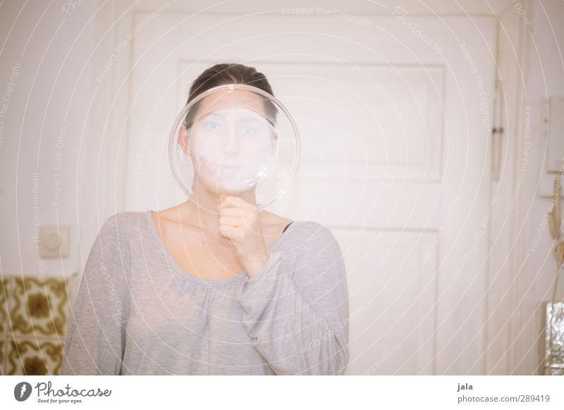 weltuntergangsschutzausrüstung Geschirr Teller Mensch feminin Frau Erwachsene 1 30-45 Jahre Glas stehen verrückt Farbfoto Innenaufnahme Hintergrund neutral