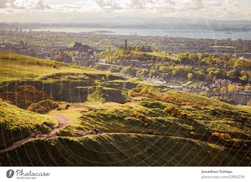 Ausblick vom Arthur's Seat auf Edinburgh Ferien & Urlaub & Reisen Stadt grün Landschaft Meer Wolken Reisefotografie Ferne Berge u. Gebirge Tourismus Freiheit