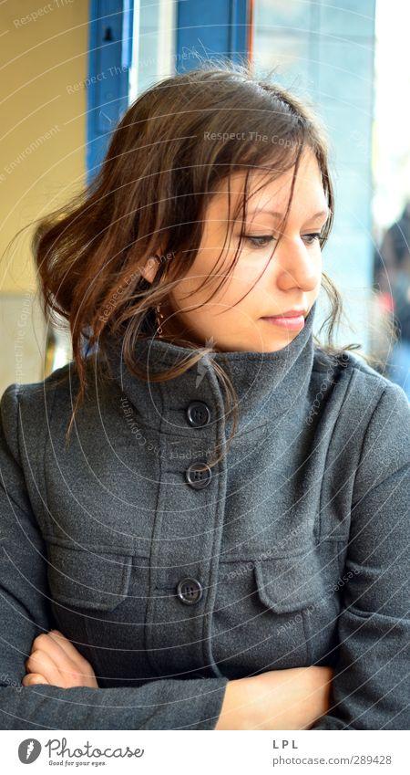Junge Frau in Mannheim Mensch Frau Jugendliche Stadt Sommer Junge Frau Erwachsene 18-30 Jahre Wärme feminin braun sitzen Zufriedenheit einzigartig Student Mantel