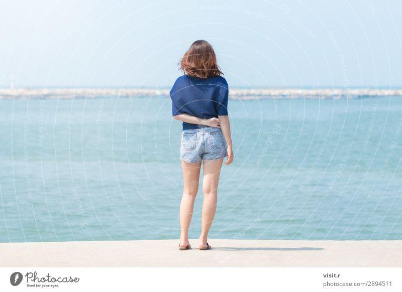 Asiatin steht auf der Terrasse und schaut sich um das Meer herum. Lifestyle Freude Glück schön Körper Erholung Freizeit & Hobby Ferien & Urlaub & Reisen