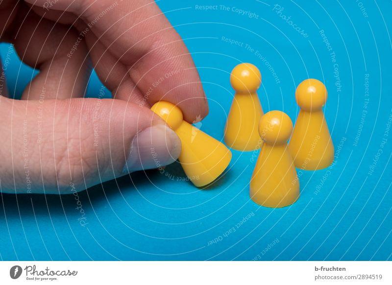 da waren es nur noch drei... blau gelb Bewegung Business Spielen Menschengruppe Erfolg Finger einzigartig Zeichen berühren festhalten Team wählen Spielzeug