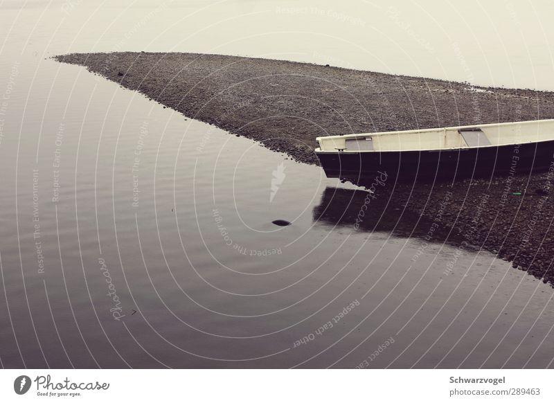 'O sole mio Umwelt Natur Wasser Wassertropfen schlechtes Wetter Regen Seeufer Bootsfahrt Ruderboot kalt trist braun grau Stimmung Müdigkeit Unlust Einsamkeit