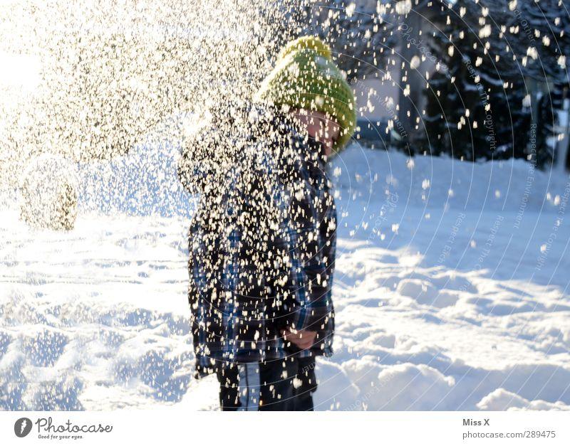 Winter Freizeit & Hobby Spielen Mensch Kind Kleinkind Kindheit 1 1-3 Jahre 3-8 Jahre Schnee Schneefall kalt weiß Stimmung Freude werfen Mütze Schneeballschlacht
