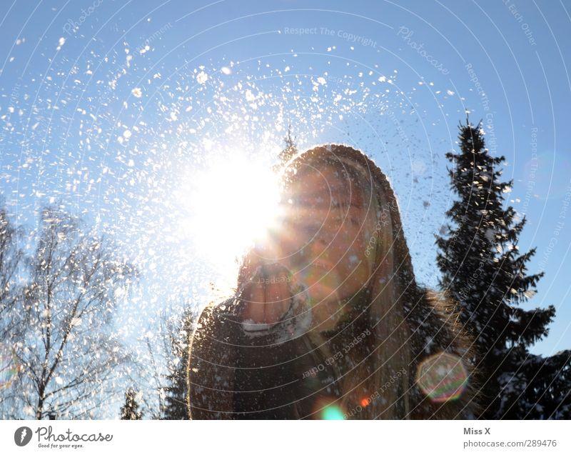 Winter Mensch feminin Junge Frau Jugendliche Erwachsene 1 18-30 Jahre Schnee Schneefall kalt weiß Stimmung Freude blasen Schneeballschlacht blond langhaarig