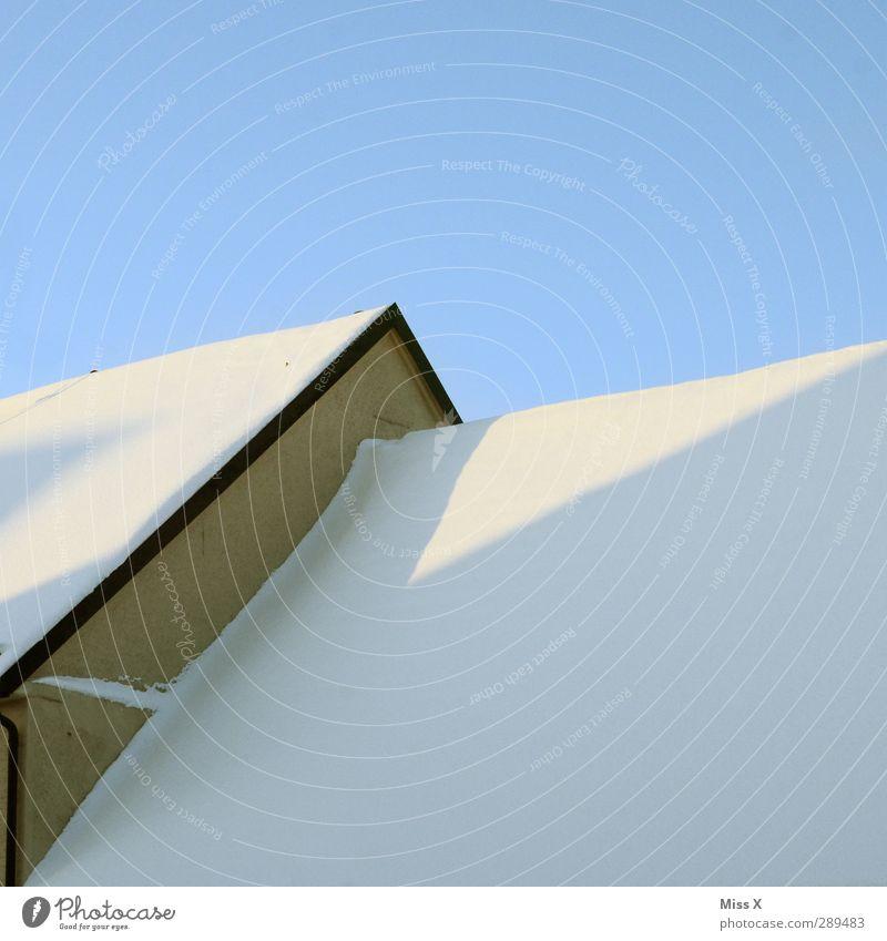 Winter weiß Haus Schnee Dach Wolkenloser Himmel