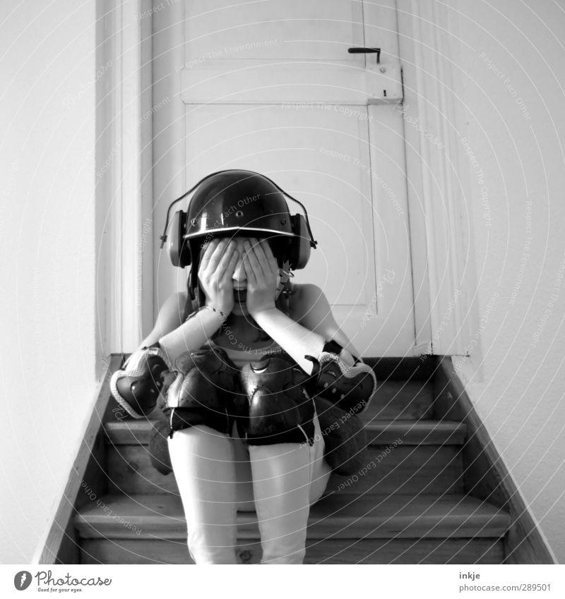 WELTUNTERGAAAAAAAAANG! Freizeit & Hobby Spielen Mädchen Kindheit Jugendliche Leben Körper 1 Mensch 13-18 Jahre Treppe Helm Knieschoner schreien Gefühle Stimmung