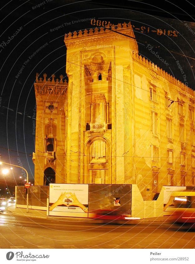 Nationalbibliothek Sarajevo 2 Gebäude orange Architektur Abenddämmerung Nachtaufnahme