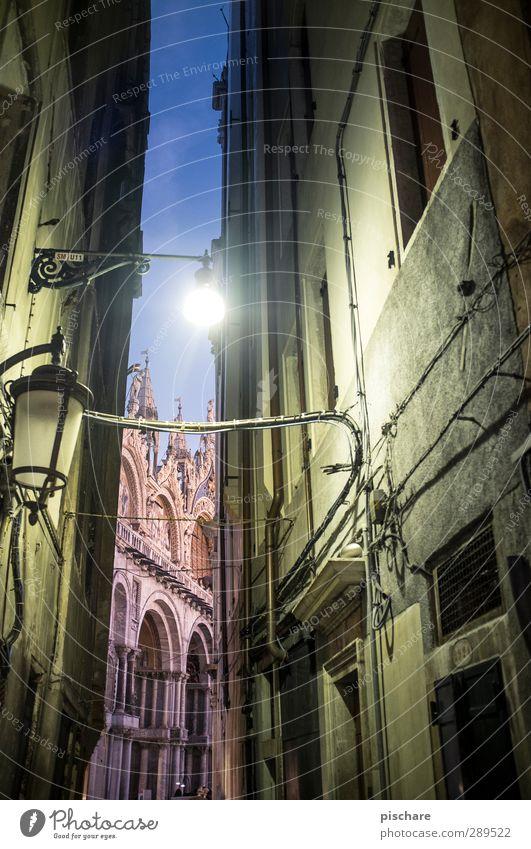 Basilica Di San Marco Stadt Stadtzentrum Altstadt Haus Dom Sehenswürdigkeit dunkel Venedig San Marco Basilica Italien Gasse Farbfoto Außenaufnahme Dämmerung