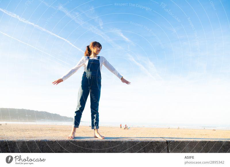 Kleines Mädchen, das sich am Strand frei fühlt. Freude Glück schön Spielen Ferien & Urlaub & Reisen Freiheit Sommer Meer Kind Arme Natur Sand Himmel Küste