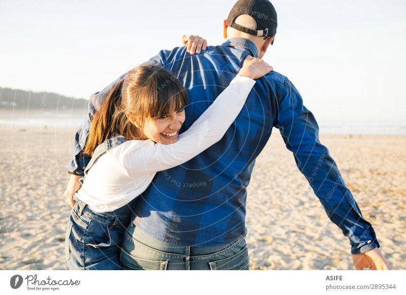 Vater und Tochter spielen Huckepack am Strand. Freude Glück schön Spielen Kind Erwachsene Familie & Verwandtschaft Jeanshose Glatze Lächeln Liebe tragen