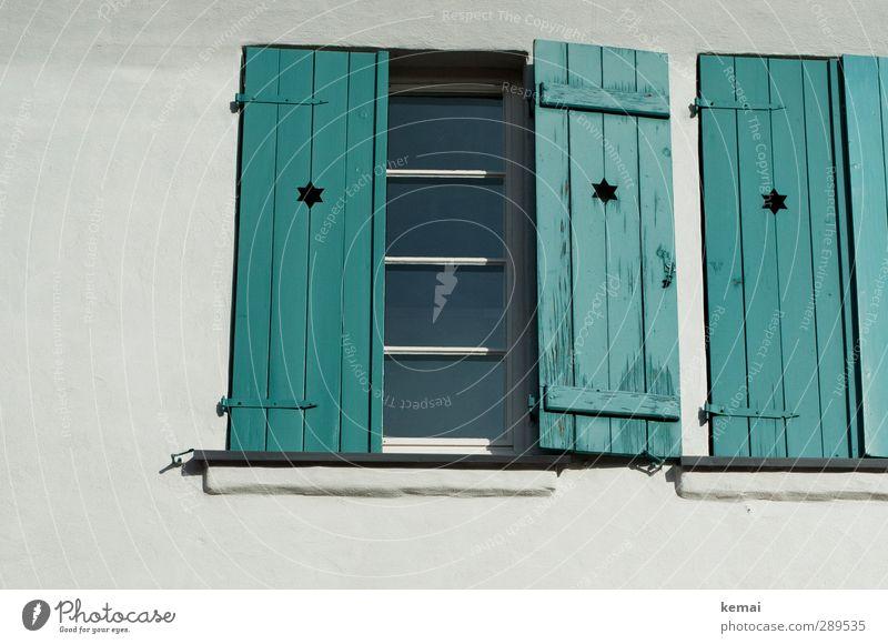 Weltuntergang | Macht die Läden dicht! Haus Mauer Wand Fenster Fensterladen Stern (Symbol) Holz Zeichen türkis weiß offen geschlossen Farbfoto Gedeckte Farben