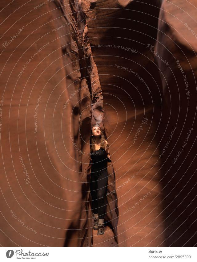 Erkundungstour Ausflug Abenteuer wandern feminin Junge Frau Jugendliche 1 Mensch Natur Landschaft Erde Sand Felsen Schlucht Wanderschuhe rothaarig entdecken