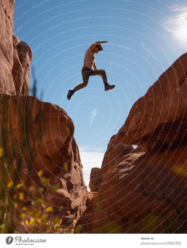 Spring! sportlich Fitness Ferien & Urlaub & Reisen Ausflug Abenteuer Ferne Freiheit Expedition Sommer Berge u. Gebirge wandern Sportler maskulin Junger Mann
