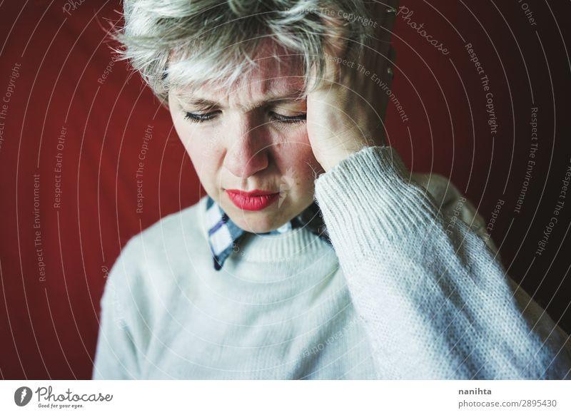 Mittelalterliche Frau mit Schmerzen Behandlung Krankheit Medikament Mensch feminin androgyn Erwachsene 1 30-45 Jahre grauhaarig kurzhaarig Traurigkeit weinen
