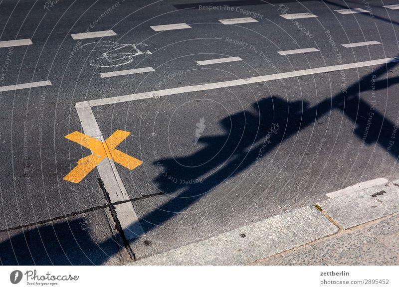 Straßenmarkierungen Asphalt Fahrbahnmarkierung Warnhinweis Hinweisschild Ecke Linie Schilder & Markierungen Navigation Orientierung Richtung Wege & Pfade