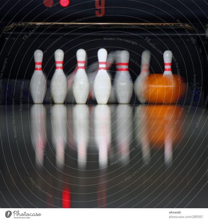 Bowling Freizeit & Hobby Spielen Kegeln Sport Bowlingbahn Bowlingkugel Bewegung Glück Farbfoto Innenaufnahme Textfreiraum unten Bewegungsunschärfe
