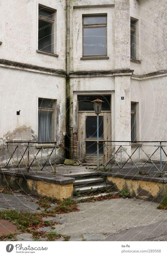 Kurhaus Heiligendamm Menschenleer Haus Bauwerk Gebäude Architektur Treppe Fassade Tür Lampe Geländer alt Armut kaputt ehemaliges Kurhaus in Heiligendamm