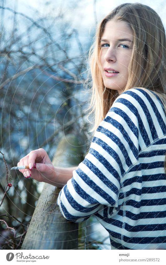 heya feminin Junge Frau Jugendliche 1 Mensch 18-30 Jahre Erwachsene blond langhaarig trendy schön Rauchen Zigarette Streifenpullover Farbfoto Außenaufnahme Tag
