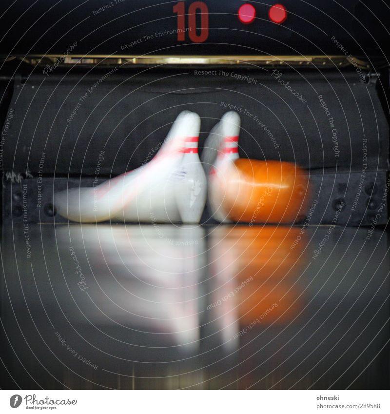 Spare Freizeit & Hobby Spielen Bowling Bowlingbahn Bowlingkugel Kegel Geschwindigkeit Dynamik Farbfoto Innenaufnahme Textfreiraum unten Bewegungsunschärfe