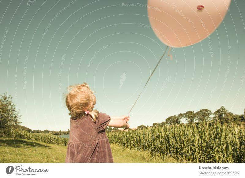 Meine Welt ist Sommer Kinderspiel Ausflug Mädchen Kindheit Leben 1 Mensch 3-8 Jahre Himmel Wolkenloser Himmel Maisfeld Luftballon fliegen Spielen Fröhlichkeit