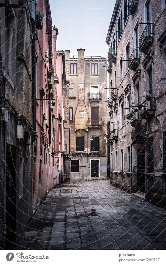 Venedig ohne Wasser Stadt Stadtzentrum Altstadt Menschenleer Haus Fassade Schornstein dunkel Italien Gasse Farbfoto Außenaufnahme Tag Starke Tiefenschärfe