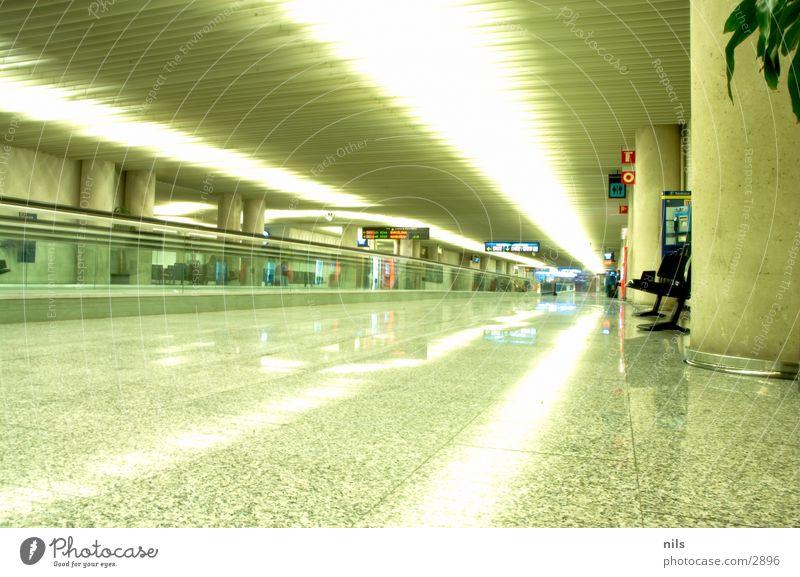 Verspätung Bank Fliesen u. Kacheln Flughafen Palme Mallorca Gate Rolltreppe Produktion Förderband Lichtstreifen