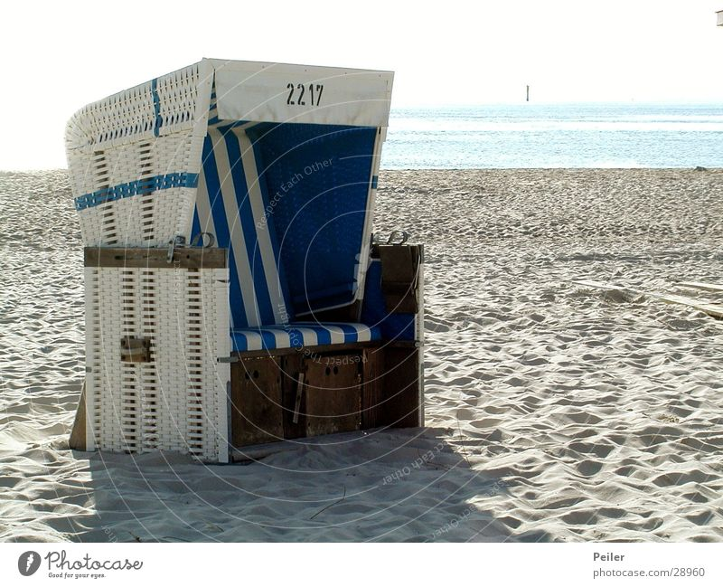 Strandkorb auf Sylt weiß Meer Sand blau Nordsee