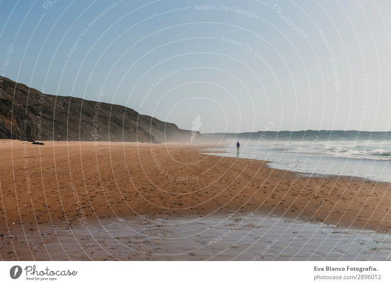 kleine Person, die am Meer in Portugal am Strand entlanggeht. Lifestyle Glück schön Freizeit & Hobby Ferien & Urlaub & Reisen Tourismus Ausflug Abenteuer Sommer