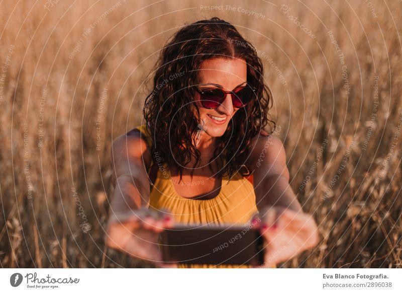 Frau Mensch Ferien & Urlaub & Reisen Natur Jugendliche Junge Frau Sommer schön Landschaft Sonne Lifestyle Erwachsene Wärme gelb natürlich feminin