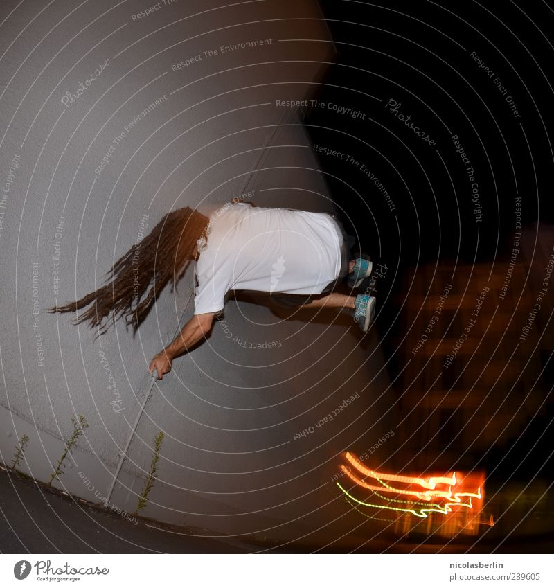 Ach nee, doch nicht | juhu! Freizeit & Hobby Spielen Fitness Sport-Training maskulin Mann Erwachsene 1 Mensch Bewegung festhalten fliegen hängen springen dunkel