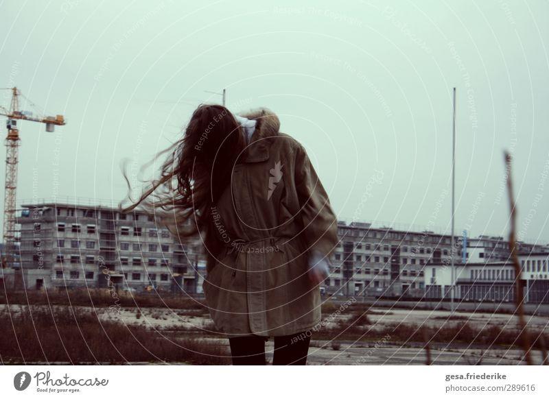 RUSSIA Mensch Jugendliche grün Winter Haus Erwachsene Junge Frau Umwelt kalt Wand Haare & Frisuren Architektur Mauer grau Gebäude 18-30 Jahre