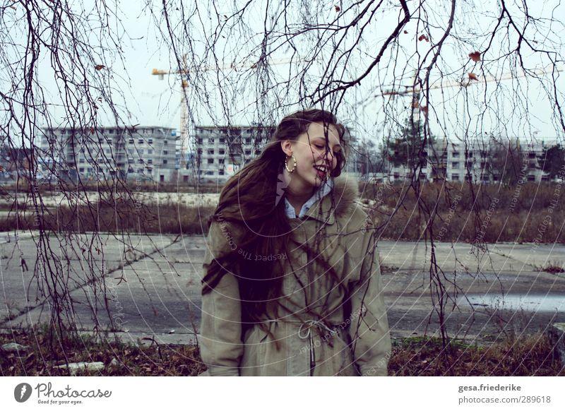 OHNE MICH Mensch Jugendliche Erwachsene kalt Wand Leben feminin Bewegung Architektur Mauer Gebäude 18-30 Jahre dreckig kaputt Baustelle Kultur