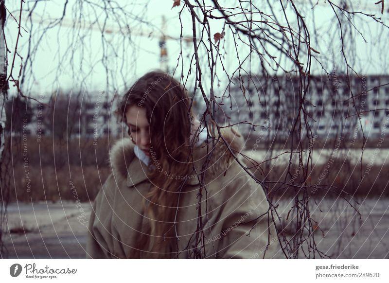 YOU Mensch Kind Jugendliche Stadt Einsamkeit Winter Landschaft Haus Junge Frau Ferne Bewegung Haare & Frisuren Horizont Fassade Beton 13-18 Jahre
