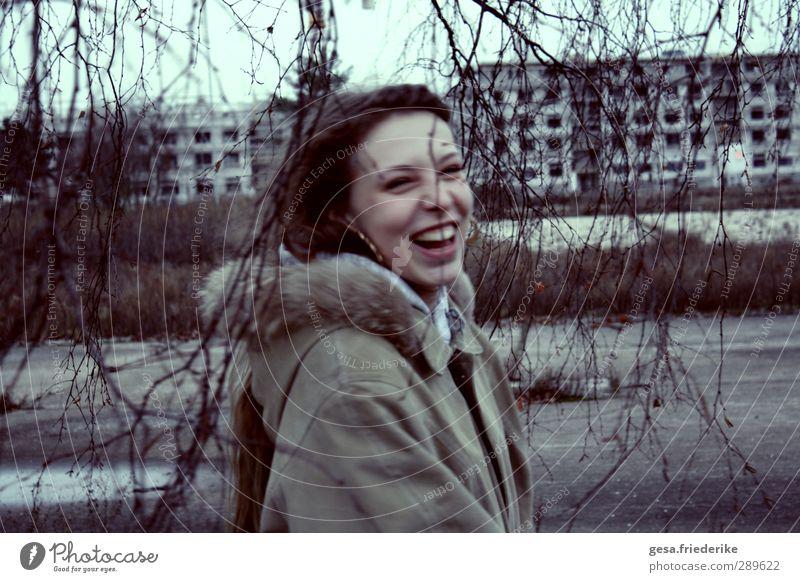 AM ENDE Jugendliche Stadt Einsamkeit Gesicht Erwachsene Junge Frau Leben lachen Haare & Frisuren Glück 18-30 Jahre träumen Tanzen Nebel laufen Ausflug