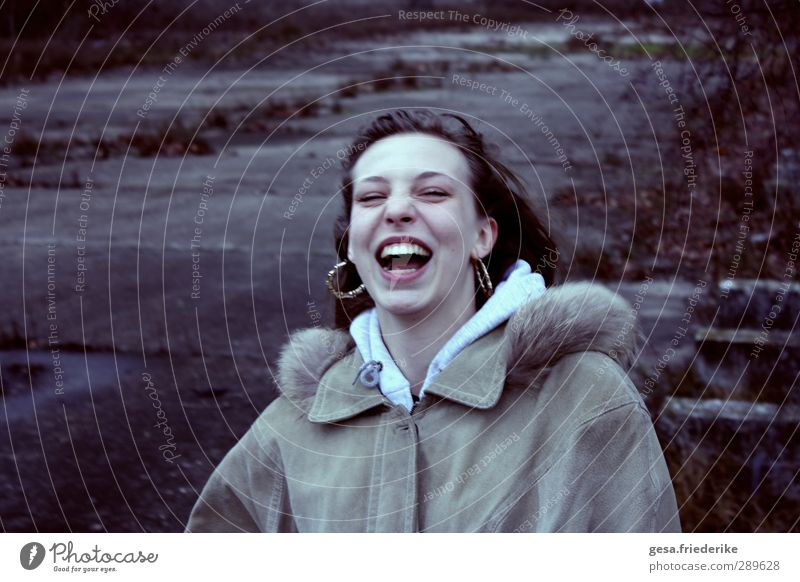 Gelächter Mensch Jugendliche blau schön Freude schwarz Gesicht Erwachsene Junge Frau kalt feminin lachen Glück 18-30 Jahre braun Zähne