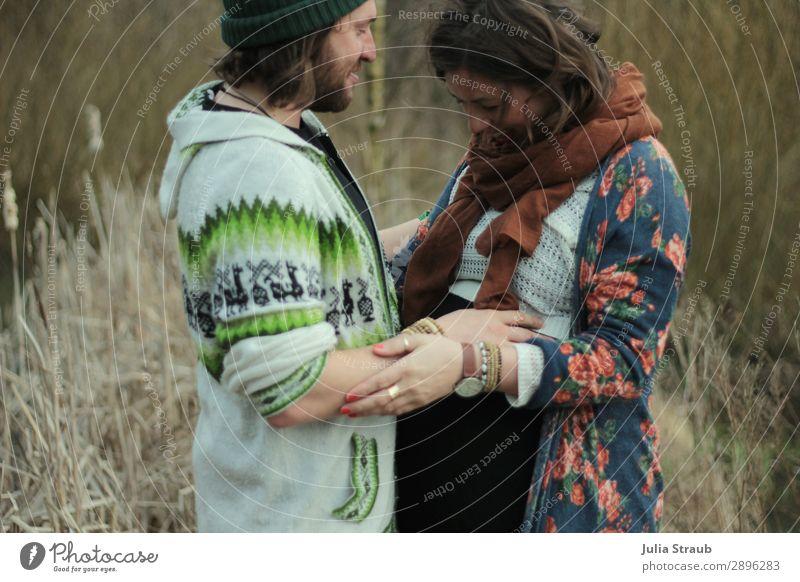 Paar Vorfreude festhalten Frau Erwachsene Mann Partner 2 Mensch 30-45 Jahre Natur Gras Sträucher Seeufer Armbanduhr Schal Mütze brünett langhaarig Vollbart