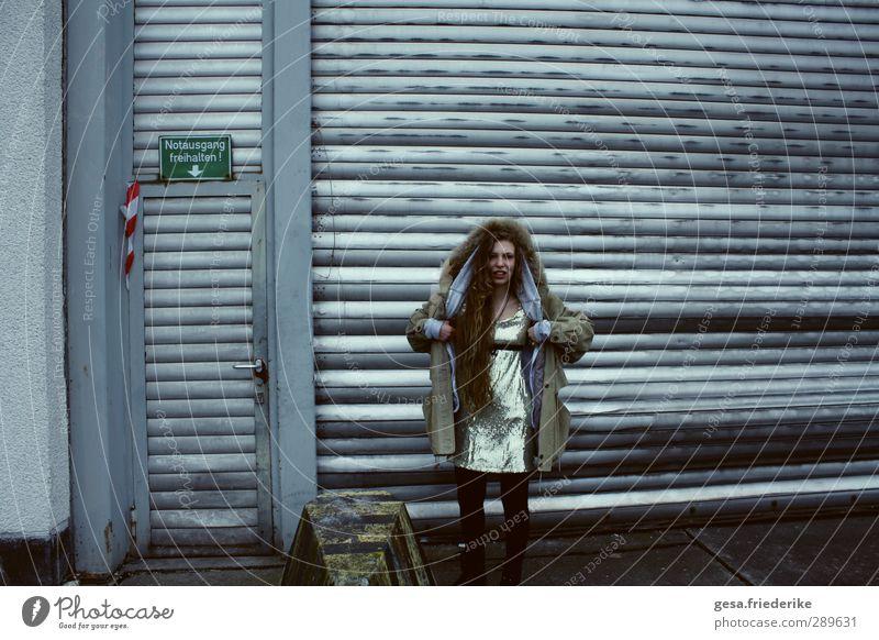TRAINS Mensch Frau Jugendliche schön Stadt Erwachsene kalt Wand Mauer Haare & Frisuren Innenarchitektur Körper Fassade 13-18 Jahre Kommunizieren lernen