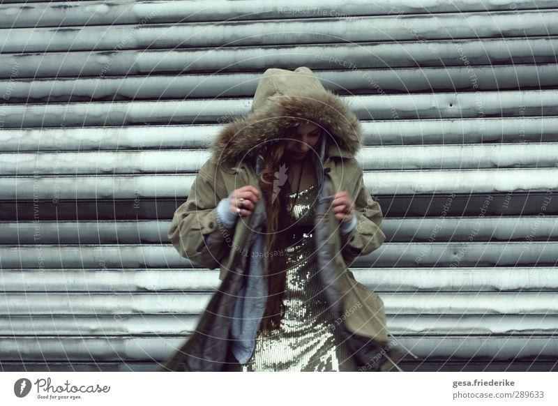 06790 Mensch Frau Ferien & Urlaub & Reisen Jugendliche Junge Frau 18-30 Jahre Fenster Erwachsene Essen Schnee feminin Spielen lachen Garten Sträucher Hinweisschild