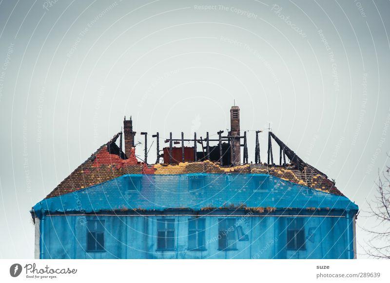 Dachschaden* Haus Baustelle Umwelt Himmel Stadtrand Ruine Gebäude Architektur Mauer Wand Fassade Fenster Stein alt dreckig einfach historisch kaputt trist blau