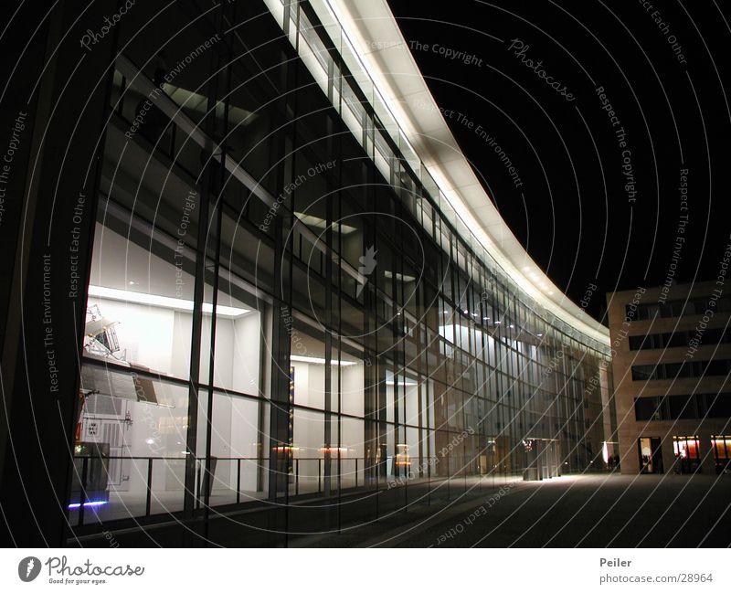 Nürnberg at Night 2 weiß schwarz dunkel Gebäude Architektur Glas Glasfassade