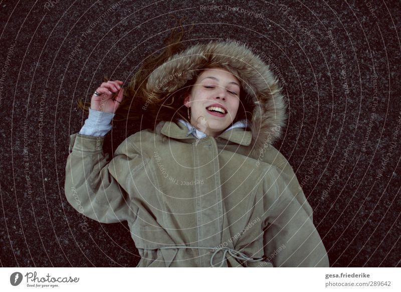 I DON'T OH. Stil Freude Glück Gesicht Freiheit Städtereise Junge Frau Jugendliche 1 Mensch 18-30 Jahre Erwachsene Industrieanlage Mode Pelzmantel brünett