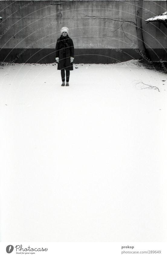 Schneefreiraum unten Mensch Frau Jugendliche schön Einsamkeit Winter ruhig Erwachsene Junge Frau kalt feminin Mauer Stil Kraft stehen