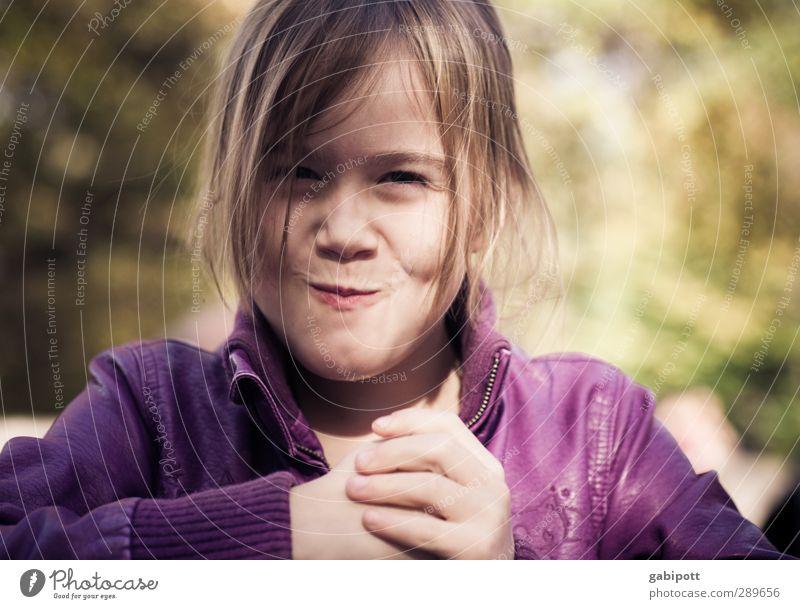 Morgen Kinder wird's was geben :) Mensch Natur Hand Farbe Freude feminin lachen Glück natürlich Kindheit Mund leuchten Fröhlichkeit Lebensfreude violett