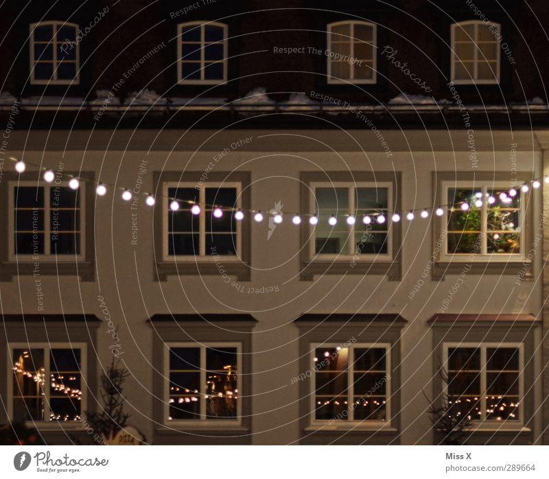 SALE Stadtzentrum Altstadt Haus Fassade Fenster leuchten Lichterkette Weihnachtsdekoration Weihnachtsbeleuchtung Farbfoto Außenaufnahme Menschenleer Nacht